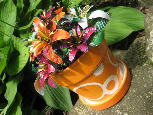 arranjo de flores com latinha