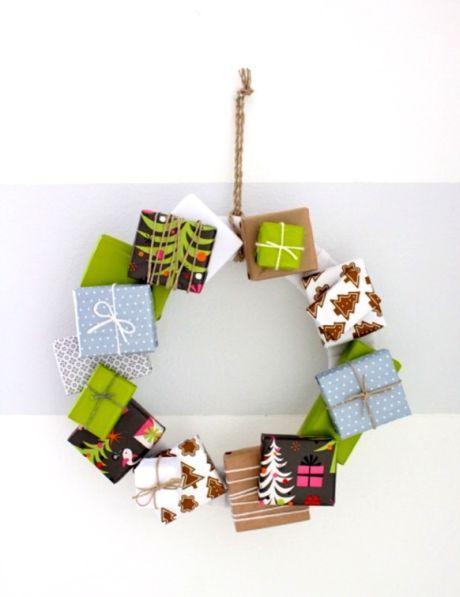 Guirlanda de Natal reaproveitando caixinhas é ótima opção para quem tem muitas em casa (Foto: danamadeit.com)