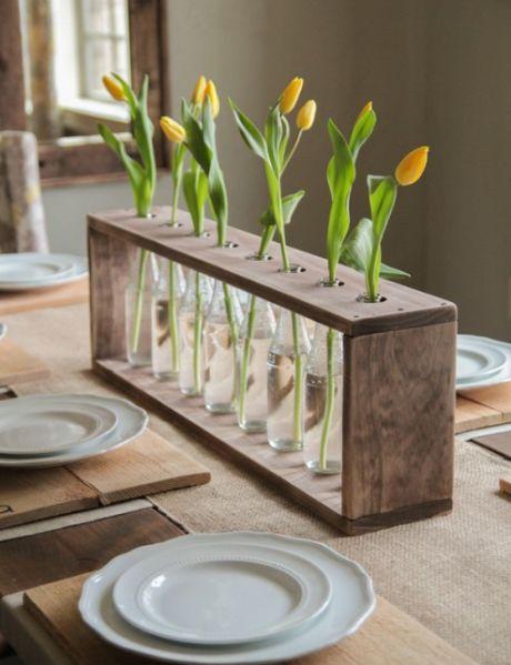 Centro de mesa feito com garrafa de vidro é lindo, é diferente e vai fazer você receber muitos elogios (Foto: shanty-2-chic.com)