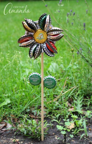 Esta sustentável ideia simples para reciclar tampinha de garrafa decora a área externa de sua casa rapidamente (Foto: craftsbyamanda.com)