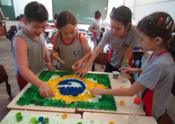 Fazer uma bandeira do Brasil com material reciclável é mais fácil do que você imagina (Foto: Divulgação)