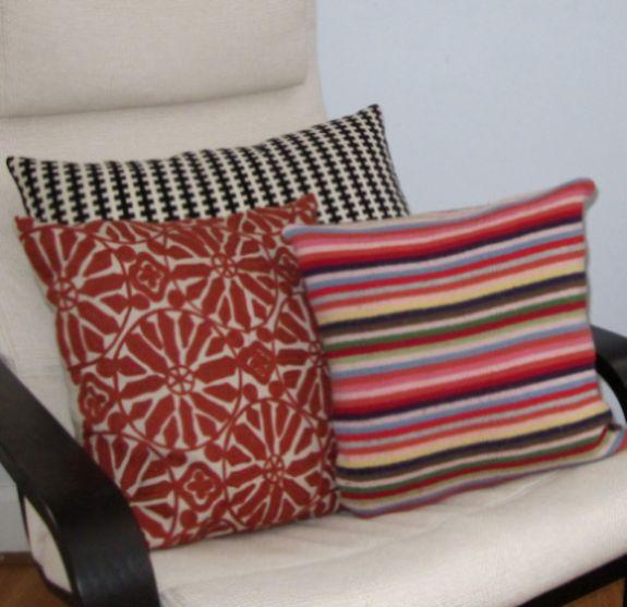 Faça almofadas com camisas velhas e tenha peças decorativas novas com muita sustentabilidade (Foto: alethaisraels.blogspot.com.br)