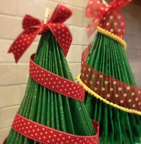 Faça uma árvore de Natal com material reaproveitado para auxiliar o nosso meio ambiente (Foto: tipjunkie.com)