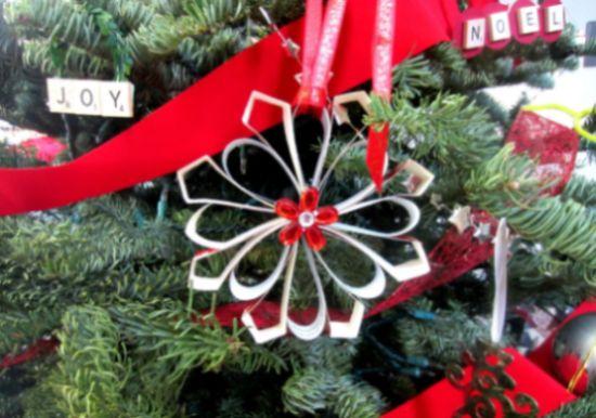 Estrelas de Natal com materiais reciclados podem ficar mais lindas do que você imagina (Foto: diyinspired.com)