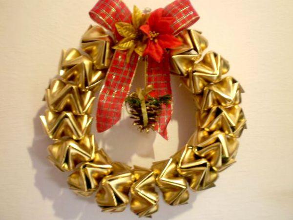 Com esta guirlanda de Natal com garrafa pet os elogios serão muitos (Foto: diply.com)
