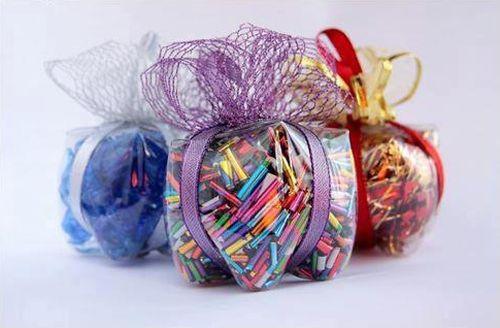 Esta lembrancinha de Natal feita com pet é linda e versátil, já que você poderá acomodar dentro dela o que você quiser (Foto: livinggreenwithbaby.com)