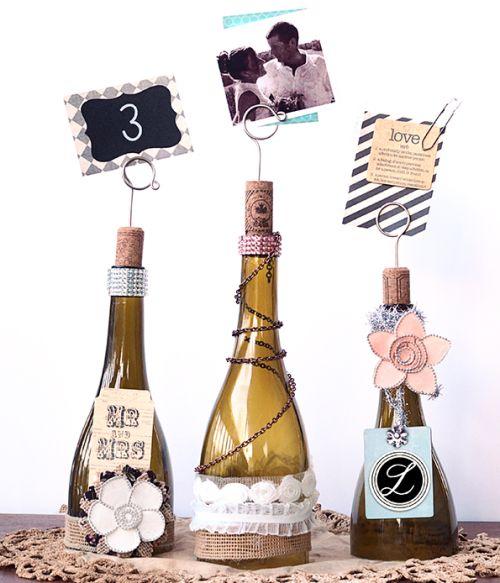 Este porta-retrato com garrafas de vidro usadas é versátil e eclético, pois você pode enfeitá-lo com o material que você quiser (Foto: savedbylovecreations.com)