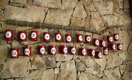 Calendários do advento com material reciclado pode renovar seu décor de Natal (Foto: skiptomylou.org)