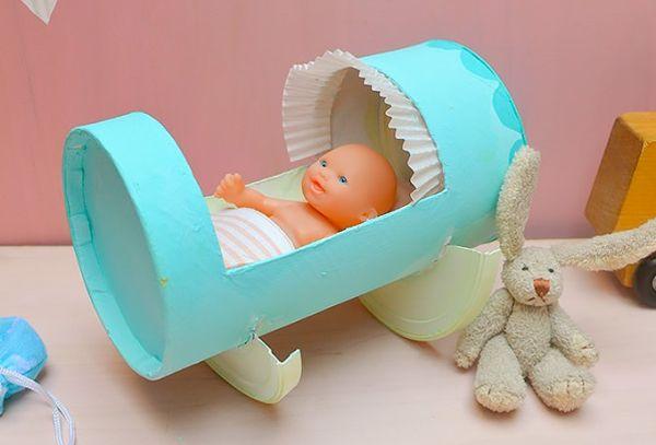 Este berço de boneca de material reciclado é ótima opção para presente (Foto: handmadecharlotte.com)
