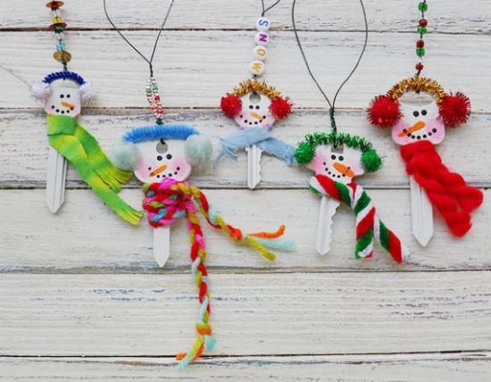 Boneco de neve de chaves velhas para árvore de natal é fácil de ser feito (Foto: craftsbyamanda.com)