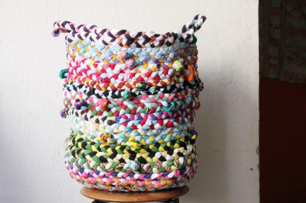 Esta cesta trançada de camisetas velhas pode também ser uma fonte extra de renda (Foto: bloggingcornerblog.blogspot.com.br)