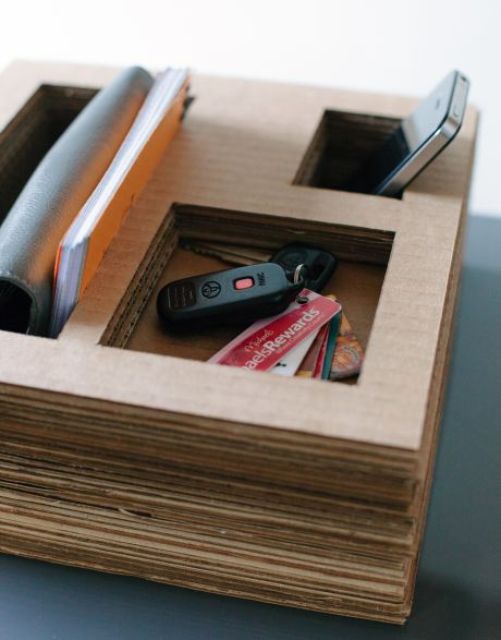 Porta-objetos de papelão reaproveitado tem visual rústico que decora de forma especial os seus espaços (Foto: designformankind.com)