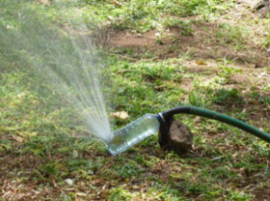 Não faltam ideias para fazer com garrafas plásticas (Foto: woohome.com)