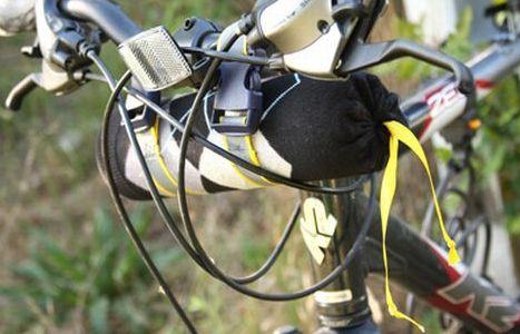 Bolsa para guidão de bicicleta resolve seus problemas de transporte de objetos durante os seus passeios de bicicleta (Foto: giverslog.com)