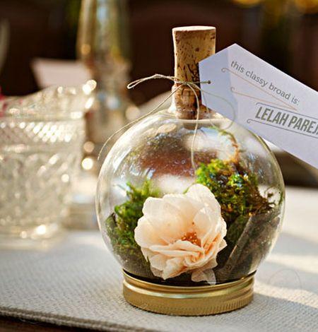 Miniterrário de material reutilizado decora de forma diferente, mas refinada (Foto: greenweddingshoes.com)