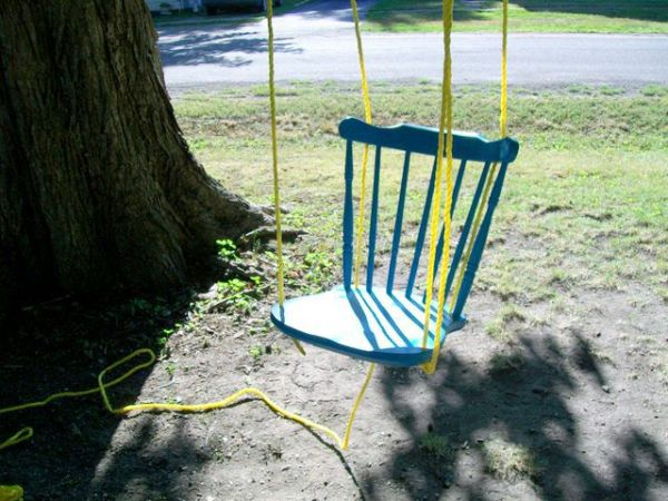 Balanço de cadeira velha é divertido e também seve de peça de decoração (Foto: thisdiylife.wordpress.com)