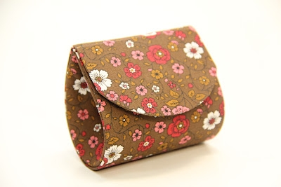 Bolsinha de mão feita de papelão é linda e pode ser feita em vários estilos diferentes (Foto: karat773.ru)