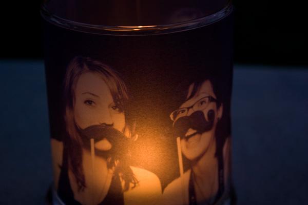 Você consegue um lindo suporte para velas se você reaproveitar negativos de fotos (Foto: content.photojojo.com)