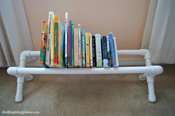 Porta-livros de tubos de PVC reaproveitado é lindo e útil (Foto: dwellinginhappiness.com)