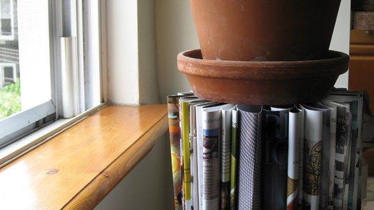 Suporte para plantas de revistas velhas é diferente, barato e fácil de ser feito (Foto: apartmenttherapy.com)