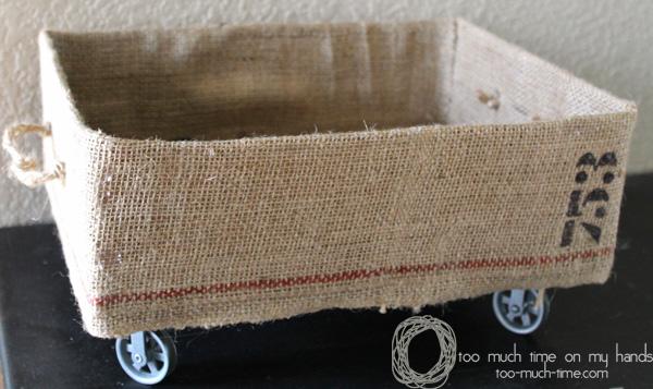 Reaproveitar caixa de papelão na decoração aumenta o seu espaço útil (Foto: too-much-time.com)