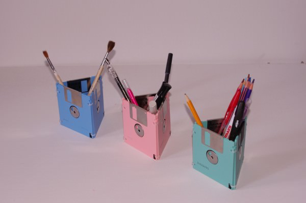 Porta-caneta de disquete pode ter as cores que você quiser (Foto: recyclart.org)