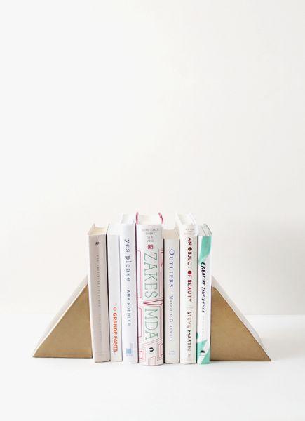 Este apoio para livros de material reaproveitado pode ter o estilo que você quiser (Foto: almostmakesperfect.com)