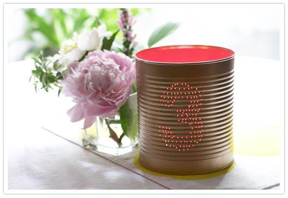 Usar latas na decoração de mesas é sustentável e politicamente correto (Foto: 100layercake.com)