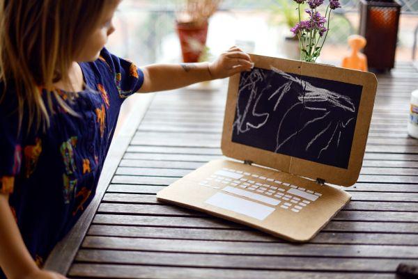 Laptop de papelão estimula a imaginação dos pequenos (Foto: estefimachado.com.br)