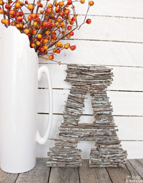 Letras decoradas com galhos secos decora de forma primorosa qualquer espaço (Foto: thehappyhousie.com)
