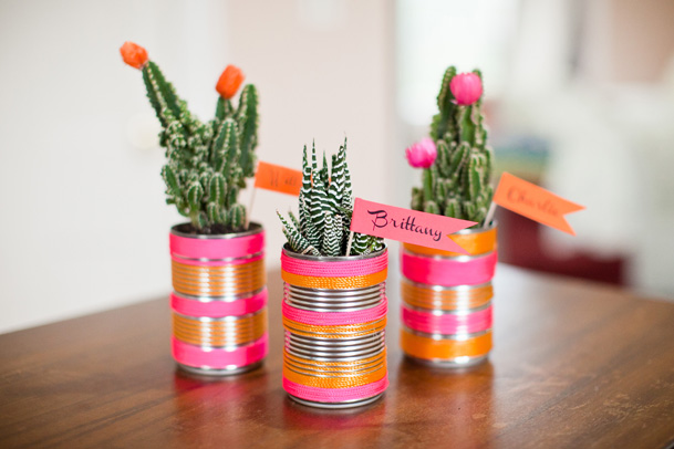 Vasinho de plantas feito com latinha é divertido e lindo (Foto: weddingobsession.com)
