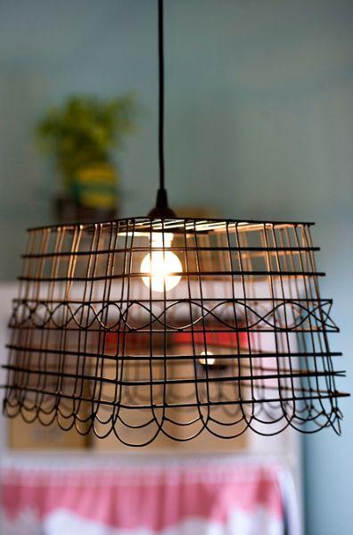 Reaproveitando uma cesta de arame você alcança uma linda peça decorativa (Foto: ashleyannphotography.com)