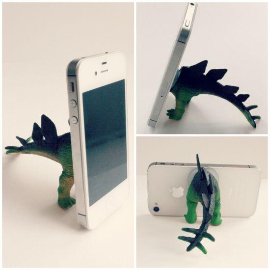 Reaproveitar brinquedos velhos para conseguir suporte para celular é uma opção bem sustentável (Foto: eatsleepmake.com)