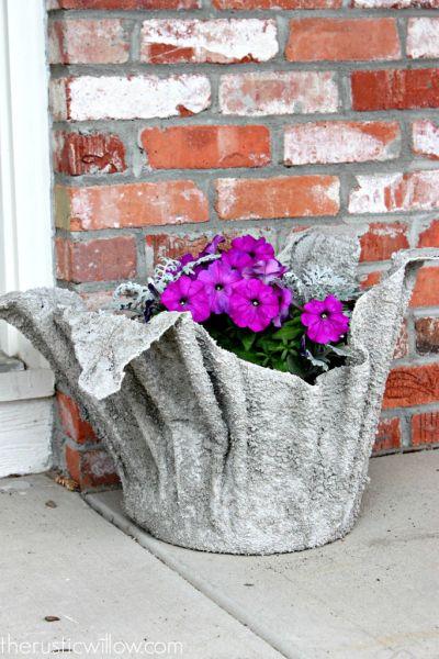 Com esta ideia diferente para reaproveitar toalhas velhas seu jardim vai ficar como novo (Foto: therusticwillow.com)