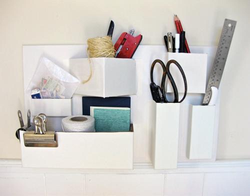 Invista nesta ideia de organizador de papelão para parede para decorar de forma organizada (Foto: designsponge.com)