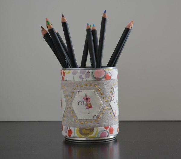 Lata decorada com tecido é linda e pode ser suporte para qualquer item (Foto: weekenddoings.blogspot.com.br)