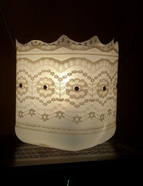Luminária de garrafa plástica é sofisticada, mas muito econômica, pois a sua confecção tem um baixo custo (Foto: fabartdiy.com)