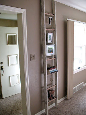 Reaproveitar uma escada velha de madeira em sua decoração é ótima alternativa (Foto: craftsbyamanda.com)
