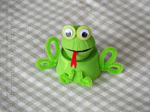 Este simpático sapinho de material reutilizado é muito barato de ser conseguido (Foto: craftsbyamanda.com)