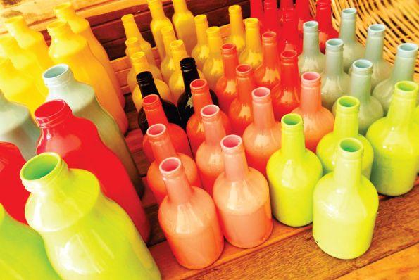 Garrafas de vidro recicladas são lindas e sustentáveis (Foto: acasaqueaminhavoqueria.com)