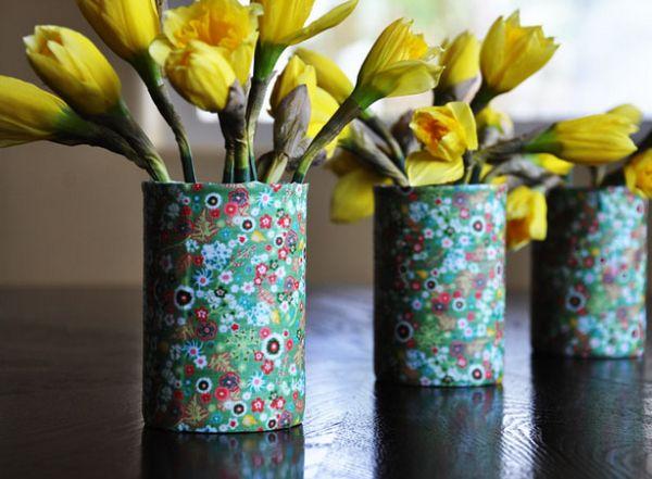 Esta ideia simples para reaproveitar latinhas é muito linda, provando que beleza e materiais recicláveis podem andar de mãos dadas (Foto: momtastic.com)