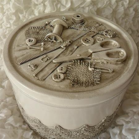 Este lindo artesanato reciclado com lata de biscoito nem parece que foi feito com material tão barato (Foto: home-dzine.co.za)