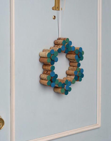 Guirlanda de Natal com reaproveitamento de rolhas é linda e pode ter o tamanho, as cores e o estilo que você desejar (Foto: design-fixation.com)