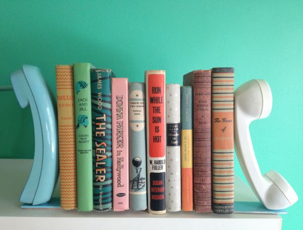 Esta ideia criativa de suporte para livros com material reciclado vai fazer o maior sucesso em sua casa (Foto: abeautifulmess.com)