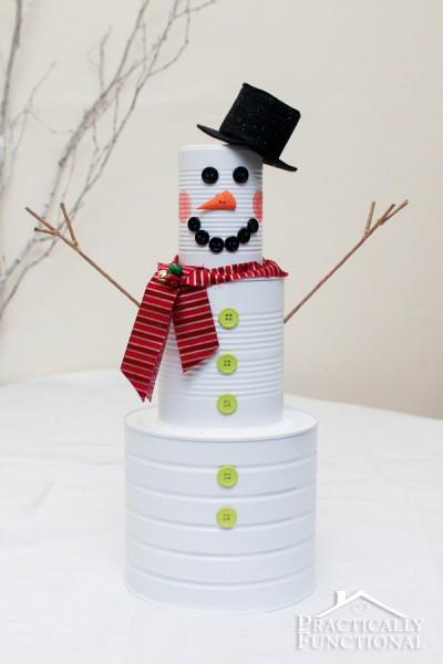 Esta decoração de Natal com latas recicladas é divertida, diferente e barata (Foto: practicallyfunctional.com)