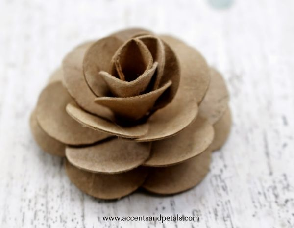 Faça rosa de rolo de papel higiênico para enfeitar qualquer objeto (Foto: accentsandpetals.blogspot.com.br)