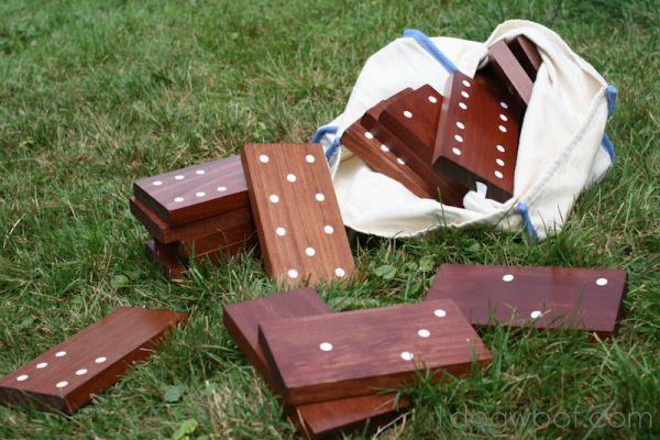 Sua família vai se unir ainda mais se você fizer um jogo de dominó reciclado para jogarem todos juntos (Foto: 1dogwoof.com)