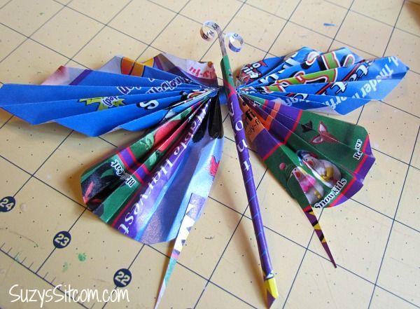 Invista sem medos em borboleta feita de reciclagem de páginas de revistas (Foto: suzyssitcom.com)