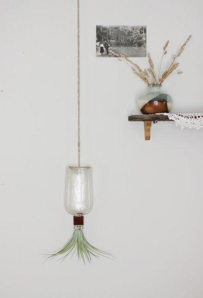 Esta reciclagem simples com garrafa de vidro é linda e diferenciada  (Foto: poppytalk.com)