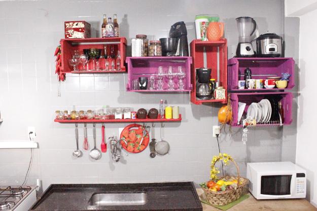 caixas de madeira como armários de cozinha